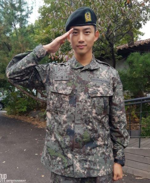 """옥택연 근황, 2PM 멤버와 함께한 수료식… """"늠름한 군인 자태"""""""