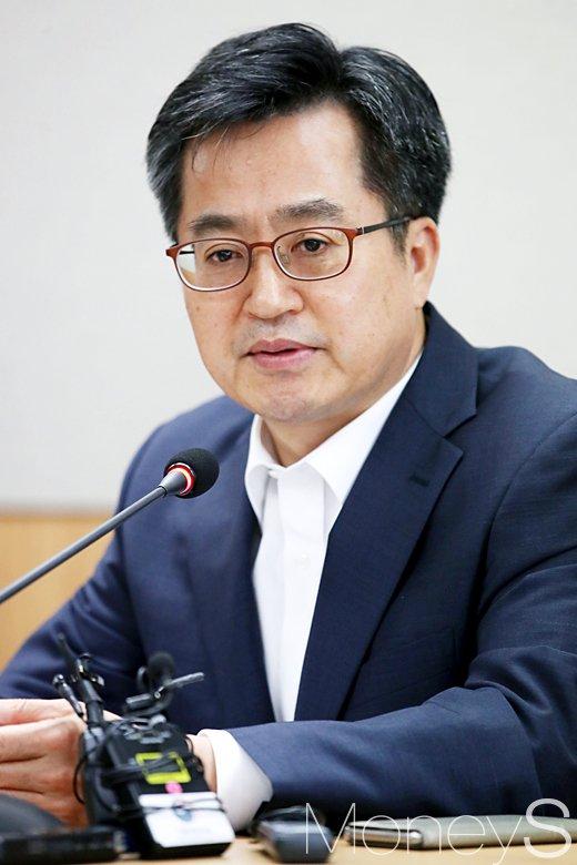 [머니S포토] 서민금융통합지원센터 방문한 김동연 부총리