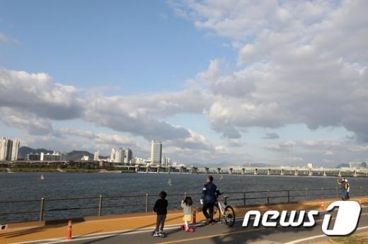 [내일 날씨] 강원영서 아침 5도 '일교차 주의'… 전국 오후부터 맑음
