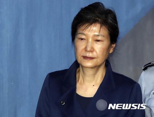 법원이 박근혜 전 대통령에게 직권으로 5명의 변호인을 선정했다. /자료사진=뉴시스