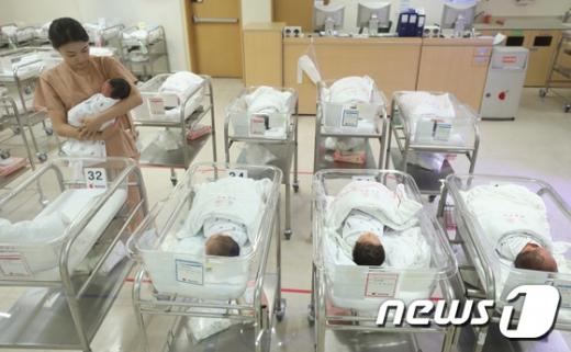 8월 출생아 3만200명, 월간기준 역대 최저치… 혼인건수도 줄어