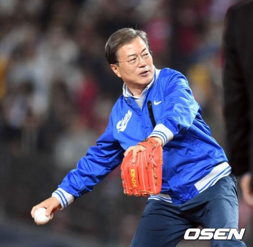 문재인 대통령이 25일 열린 한국시리즈 1차전에서 시구자로 나섰다. /사진=OSEN