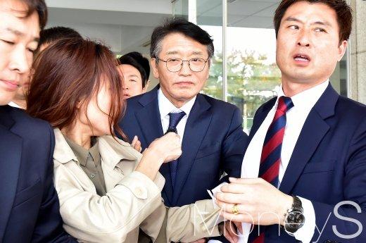 [머니S포토] '200만원 수수의혹' 고대영 KBS 사장, 취재진 질문에 노코멘트