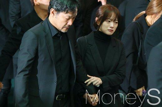 [머니S포토] 김주혁 발인, 넋잃은 정진영·침통한 천우희