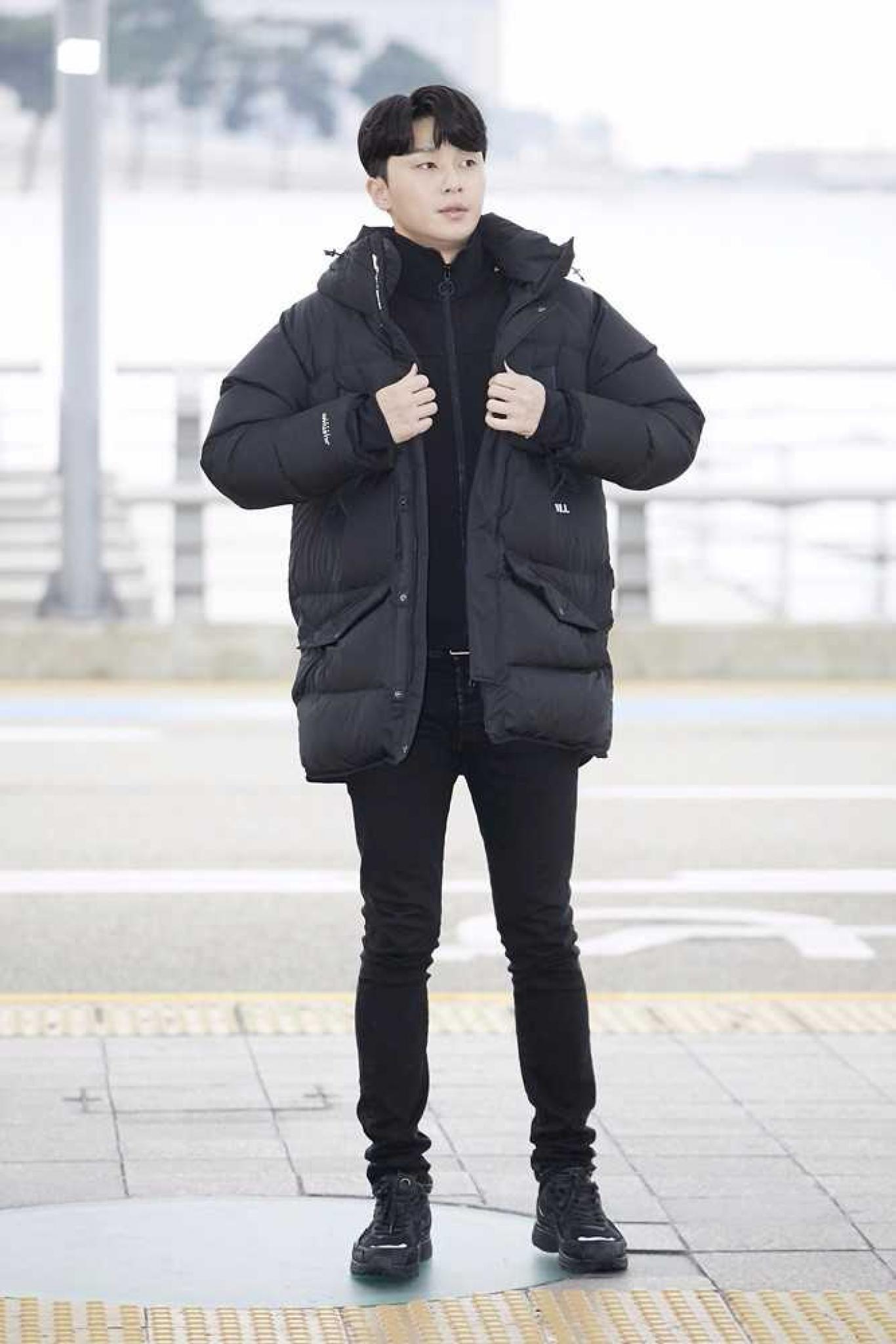 """[★공항패션] 박서준, 머리부터 발끝까지 '올블랙'… """"훈남의 정석"""""""