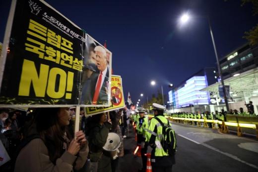트럼프 집회. 4일 오후 서울 종로구 르메이에르 빌딩 앞에서  'NO 트럼프 NO WAR 범국민대회를 마친 참가자들이 주한미국대사관 앞에서  '트럼프 방한반대' 피켓을 들고 구호를 외치고 있다. /사진=뉴시스