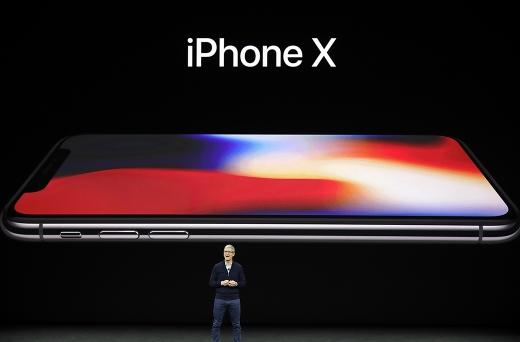 """팀 쿡 애플 CEO가 """"한달에 커피 몇잔이면 아이폰X을 살 수 있다""""고 말했다. /사진=뉴시스(AP통신 제공)"""