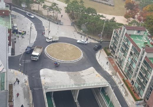 회전교차로가 설치된 석촌지하차도 상부(석촌역 방향). /사진=서울시