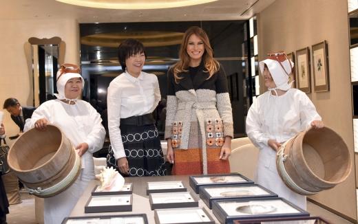 멜라니아. 도널드 트럼프 미국 대통령의 부인 멜라니아 트럼프 여사(오른쪽)와 아베 신조 일본 총리의 부인 아베 아키에 여사가 5일(현지시간) 일본 도쿄 긴자 거리에 있는 액세서리 숍 '미키모토 펄' 본점을 방문하고 있다. /사진=뉴시스(AP 제공)