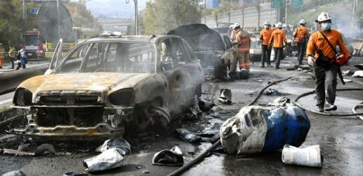 창원터널 폭발사고. 지난 2일 오후 1시20분쯤 경남 창원시 창원-김해 간 창원방향 창원터널 1㎞ 지점에서 5톤 트럭이 중앙분리대를 들이받아 트럭에 실려 있던 윤활유가 반대편 차선에 떨어지며 폭발하는 사고가 발생했다. 이 사고로 3명이 사망하고 5명이 부상했다. /사진=뉴스1