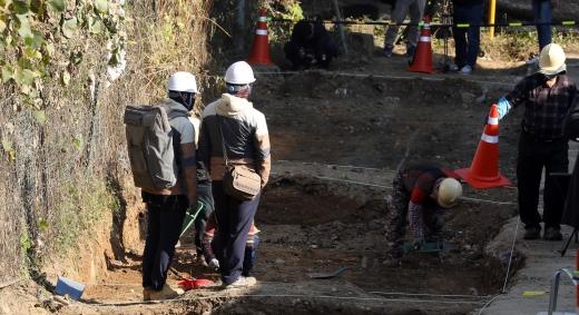 5·18 암매장 발굴. 6일 5·18민주화운동 행방불명자 암매장 추정지인 광주 북구 옛 광주교도소 북쪽 담장 인근에서 5·18기념재단 관계자들이 발굴 작업을 벌이고 있다. /사진=뉴스1