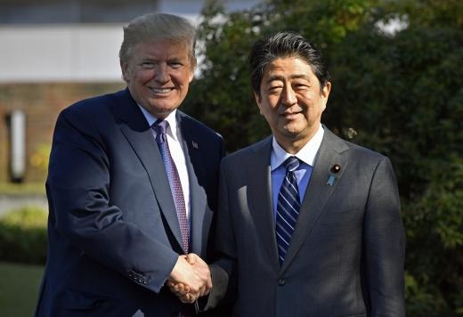 아베 트럼프. 도널드 트럼프 미국 대통령(왼쪽)과 아베 신조 일본 총리가 5일(현지시간) 일본 사이타마현 가와고에 소재 가스미가세키 골프장에서 회동을 하고 있다. /사진=뉴시스(AP 제공)