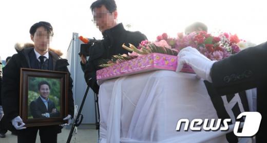 세월호 참사 희생자인 단원고 교사 故 고창석씨의 추모식이 11일 오전 세월호가 거치된 전남 목포신항만에서 열렸다. /사진=뉴스1
