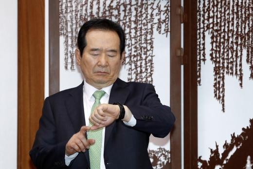 수능 연기. 정세균 국회의장이 15일 서울 영등포구 국회 의장실에서 열린 교섭단체 정책위의장, 원내수석부대표와의 2+2+2 회동에서 시계를 보고 있다. /사진=뉴스1