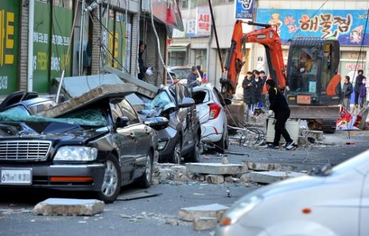 포항 지진 피해. 15일 경북 포항시에서 규모 5.4 지진이 발생했다. 사진은 포항시 흥해읍 마산리 도로변. /사진=뉴스1