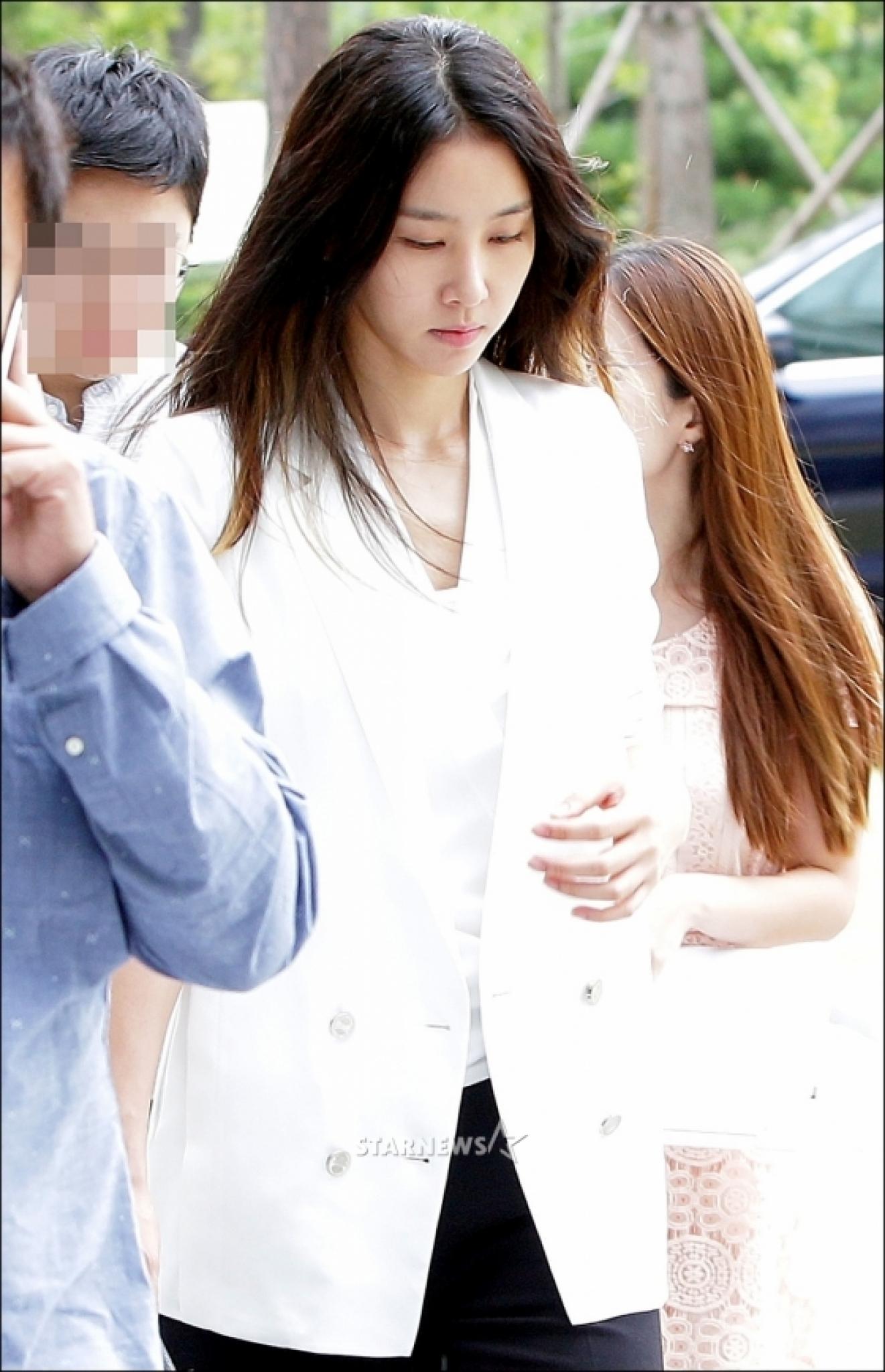 """김정민, '전 남친과 재판' 출석 후 눈물… """"힘든 시간, 너무 죄송하다"""""""
