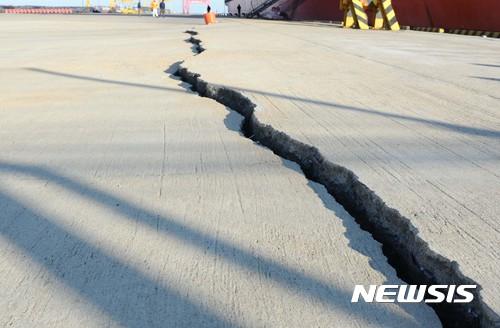 16일 지진 피해를 입은 경북 포항 영일만항 컨테이너부두 4번 선석 에이프런(하역작업공간) 콘크리트 포장구간이 벌어져 있다. /사진=해양수산부 제공