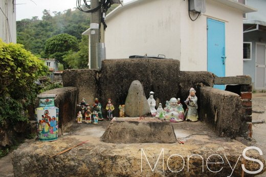 타이 오에는 돌 토템 신앙이 있다. 돌을 배경으로 관우장 등 전통적인 성물이 자리했다. /사진=박정웅 기자