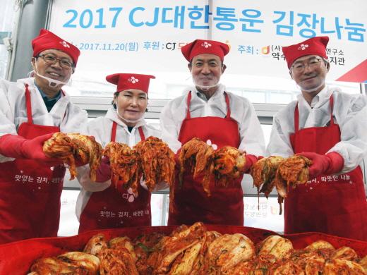 지난 20일 열린 행사에서 참가자들이 김장김치를 담그고 있다. /사진=CJ대한통운 제공