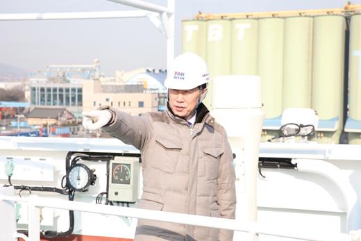 김홍국 하림그룹 회장이 지난해 2월 인천내항에 입항한 벌크선 피오렐라호에 올라 곡물 하역작업을 살펴보는 모습. /사진=머니투데이 DB