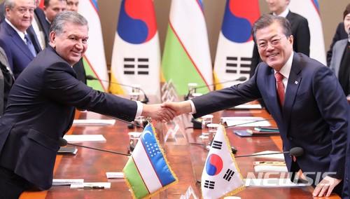 우즈베키스탄 미르지요예프 대통령과 문재인 대통령이 23일 확대 정상회담에 앞서 악수를 나누고 있다. /사진=뉴시스