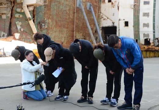 세월호 미수습자 가족. 세월호 미수습자 가족들이 지난 16일 전남 목포시 목포신항에서 기자회견을 하고 있다. /사진=뉴스1