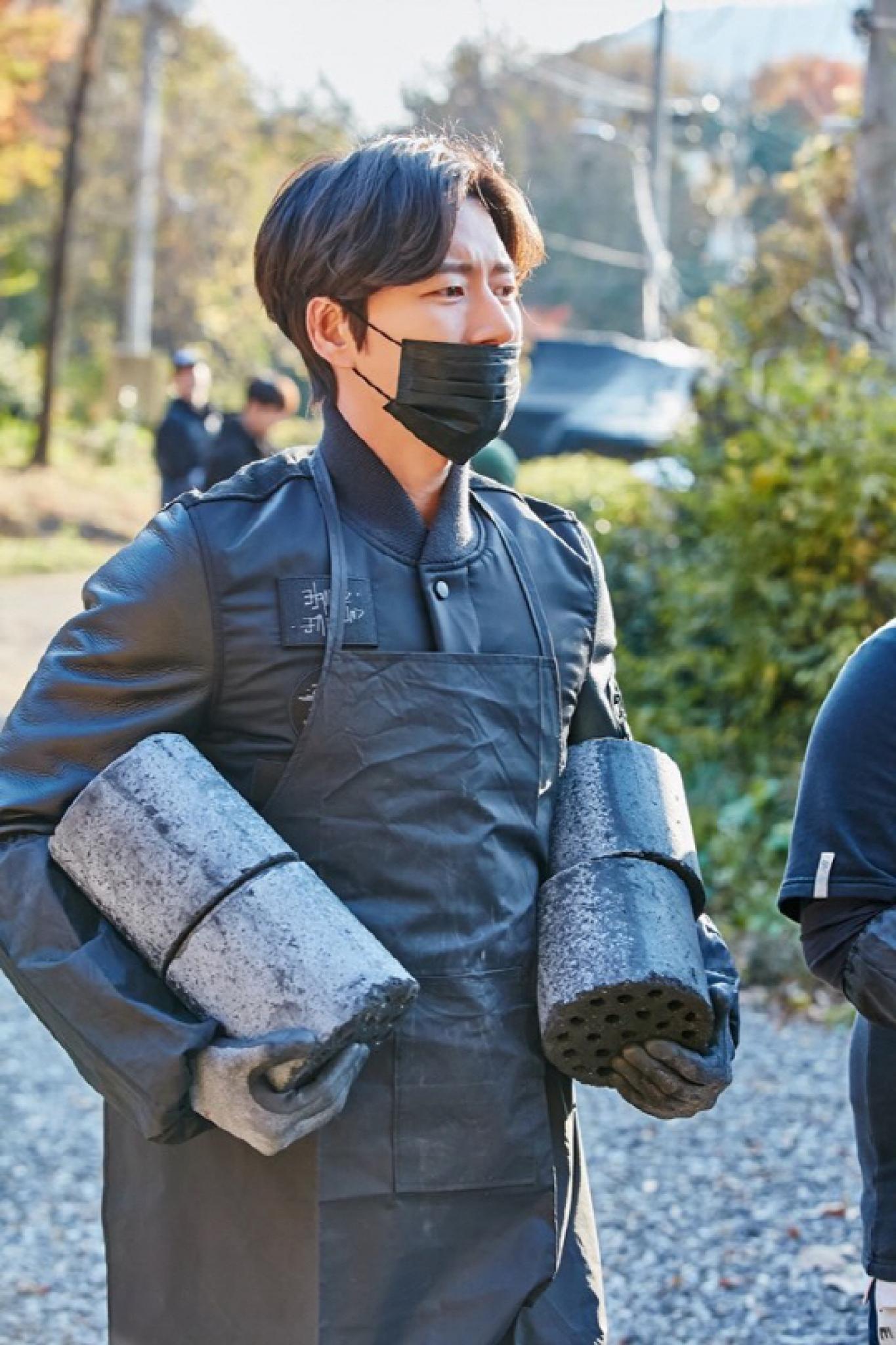 """박해진 기부, '사자' 팀과 연탄 배달… """"마음도 얼굴도 훈훈"""""""