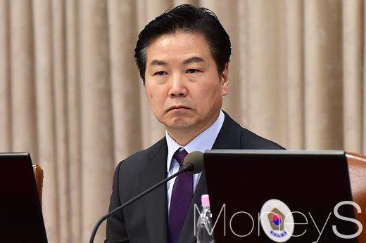 [머니S포토] 총리 발언 듣는 홍종학 중기부 장관