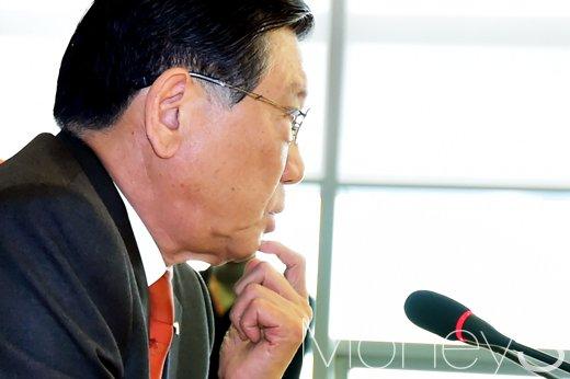 [머니S포토] 취재진 질의에 답하는 박삼구 회장