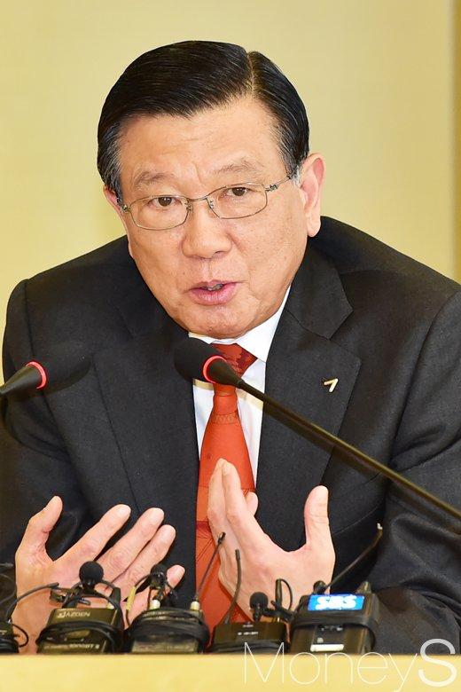 [머니S포토] 금호아시아나 그룹 현안 관련 답하는 박삼구 회장