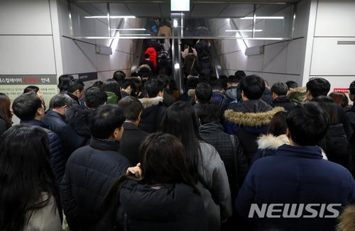 30일 지하철 9호선 노조가 파업에 돌입한 가운데 출근길 출입문 고장 사고로 운행이 지연됐다. /사진=뉴시스