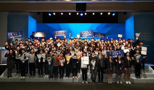 지난 29일 서울 우면동 삼성 서울 R&D 캠퍼스에서 열린 '삼성 투모로우 솔루션'과 '삼성전자 주니어 소프트웨어 창작대회' 시상식에서 참가자들이 기념사진을 촬영하고 있다. /사진=삼성전자