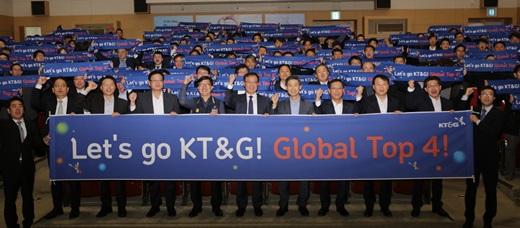 KT&G 백복인 사장(앞줄 오른쪽에서 여섯번째)과  임직원들이 30일 대전 본사에서 개최된 글로벌 비전 선포식에서 2025년까지 글로벌 톱4 담배기업으로 성장하겠다는 의지를 담아 파이팅을 외치고 있다. /사진=KT&G