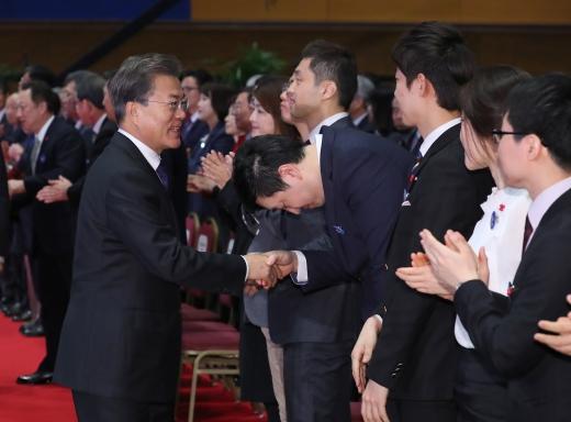 무역의 날. 문재인 대통령이 5일 서울 강남구 코엑스에서 열린 제54회 무역의 날 기념식에서 참석자들과 악수하고 있다. /사진=뉴시스