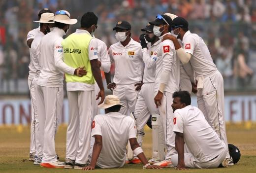 인도 대기오염. 3일(현지시간) 인도 뉴델리에서 스리랑카 크리켓 팀 선수들이 인도 팀과 경기 도중 대기오염을 이유로 경기를 중단하고 대책을 논의하고 있다. /사진=뉴시스(AP 제공)