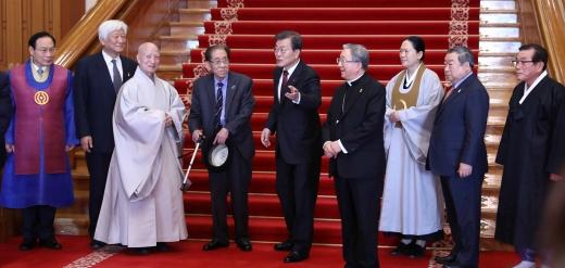 종교지도자. 문재인 대통령(왼쪽 5번째)이 6일 서울 종로구 청와대 본관에서 종교 지도자들과 함께 인왕실로 이동하고 있다. /사진=뉴시스