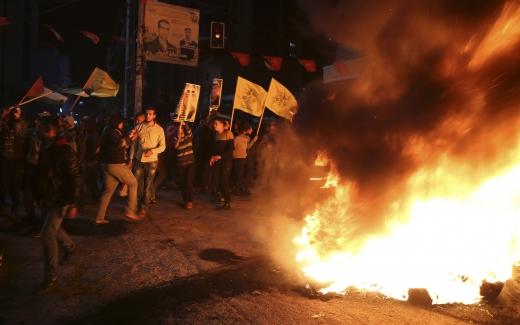 예루살렘. 6일(현지시간) 팔레스타인 가자지구에서 시민들이 도널드 트럼프 미국 대통령이 예루살렘을 이스라엘의 수도로 인정한 데 항의해 성조기를 태우고 야세르 아라파트 전 팔레스타인 자치정부 수반 사진을 흔들고 있다. /사진=뉴시스(AP 제공)