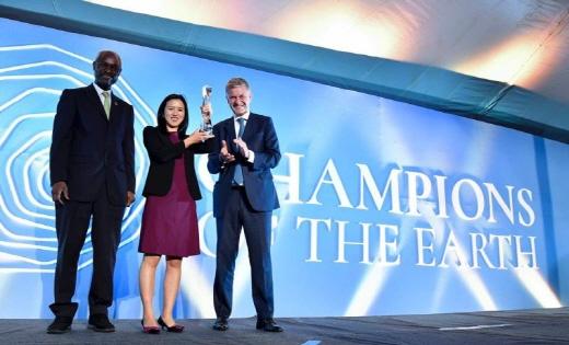 유엔 지구환경대상을 수상한 후 웨이웨이 모바이크 창립자 겸 대표이사(가운데). /사진=모바이크