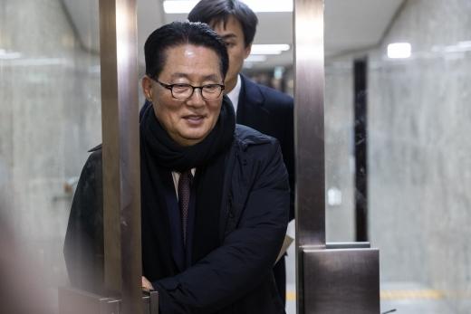 박지원. 박지원 전 국민의당 대표가 지난달 21일 서울 영등포구 국회에서 열린 제99차 의원총회 도중 의총장을 나서고 있다. /사진=뉴스1