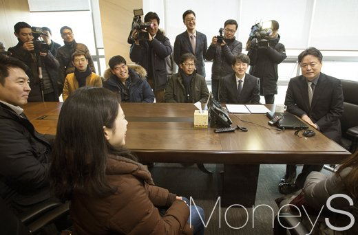 [머니S포토] 회의실 둘러보는 최승호 MBC 사장