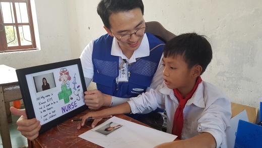 삼성물산 봉사단원은 베트남 학생과 함께 '나의 꿈 그리기' 수업을 진행했다. /사진=삼성물산