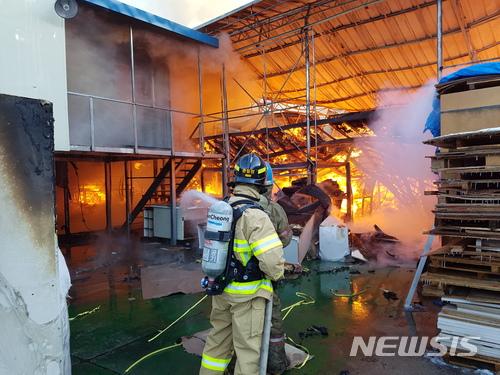11일 오전 8시12분쯤 경기 포천시  선단동 쇼파 공장에서 불이 나 소방 당국이 진화 중이다. 이 불로 공장 주변 선단초등학교 학생 500여명이 대피했다. / 사진=뉴시스
