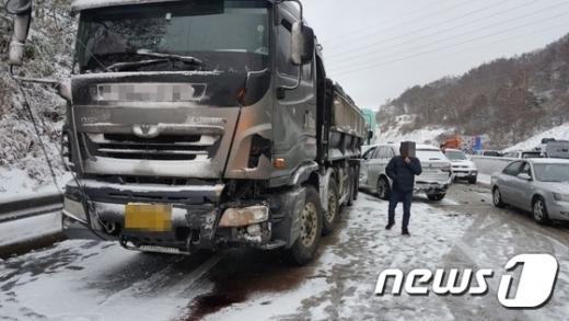 11일 오후 2시5분쯤 충남 서천군 비인면 서해안고속도로 상행선 171km 지점에서 다중추돌 사고가 발생했다. /사진=뉴스1