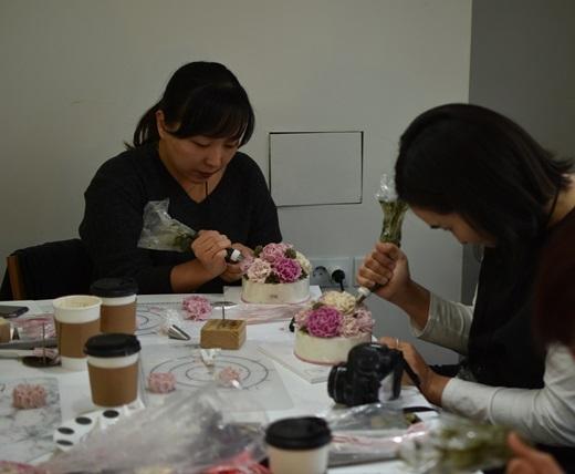 지난 7일 '훼라민큐(Q)와 함께하는 디저트 메이킹' 원데이 클래스 참가자들이 앙금 플라워 떡케이크 만들기를 하고 있는 모습. /사진=동국제약