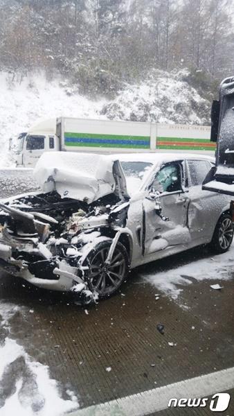 11일 오후 2시  5분께 충남 서천군 비인면 서해안 고속도로 상행선  서울 방향 171km지점에서 26중 추돌  사고가 발생했다. 이 사고로 코란도 승용자 운전자 1명이 숨졌다. / 사진=뉴스1