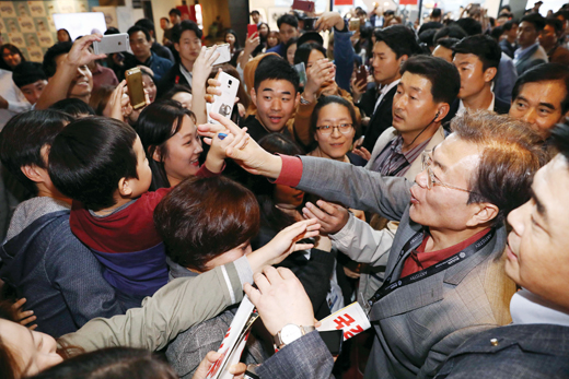 지난 10월 부산 해운대구 영화의전당을 방문한 문재인 대통령이 시민들과 인사를 나누고 있다. /사진= 뉴시스 전신 기자