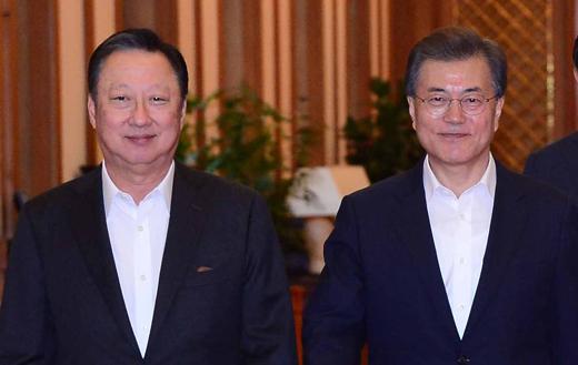 문재인 대통령(오른쪽)과 박용만 대한상의 회장이 지난 7월28일 청와대 본관에서 만남을 가졌다. / 사진=뉴시스