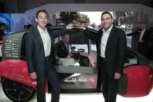 손영권 삼성전자 사장(왼쪽)과 하만 디네쉬 팔리월 CEO가 지난 1월5일(현지시간) 미국 라스베이거스의 하드락 호텔에 마련된 약 440평 규모의 하만 전시장에서 자율주행용 사용자경험을 구현한 오아시스 컨셉차량을 소개하고 있다. / 사진=삼성전자
