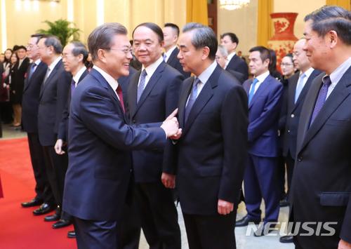 문재인 대통령이 14일 오후 베이징 인민대회당에서 열린 공식 환영행사에서 왕이 중국외교부장에게 인사를 하고 있다./사진=뉴시스