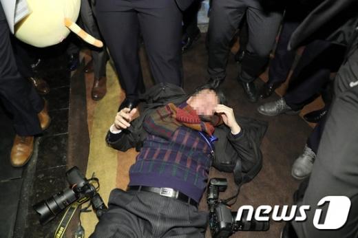 14일 오전 문재인 대통령 국빈방문 행사를 취재하던 한국의 한 사진기자가 베이징 국가회의 중심홀에서 중국 측 경호 관계자로부터 폭행을 당해 쓰러져 있다. /사진=뉴스1